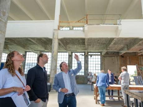 Veel kijkers voor de hotelappartementen in de nog kale Timmerfabriek van Vlissingen