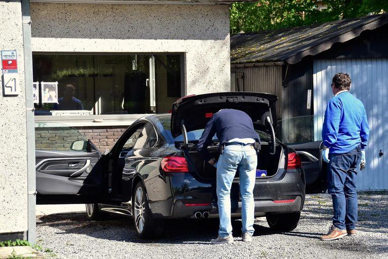 Speurders doorzochten gisteren ook de BMW 4 Gran Coupé van het slachtoffer.