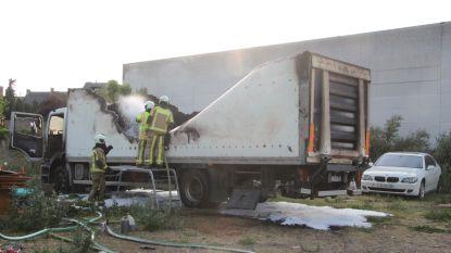 Vrachtwagen brandt uit op vervuilde site in Menen