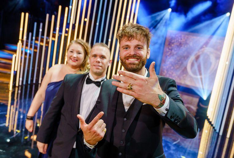Presentator Tim Hofman met deelnemers Alex en Linda de Lange vorig jaar na het winnen van de Gouden Televizier-Ring voor 'Over mijn lijk'.  Beeld ANP