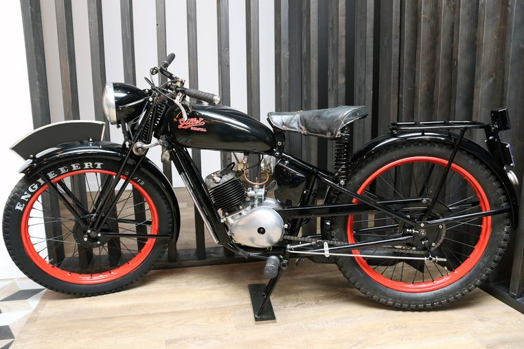 De oude moto uit de Tweede Wereldoorlog, helemaal opgemaakt.