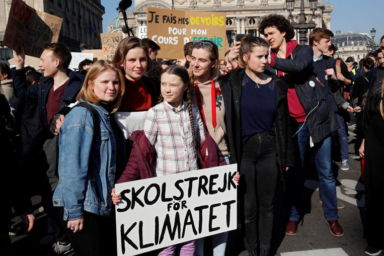 Greta Thunberg, Anuna De Wever en Kyra Gantois betogen in Parijs.