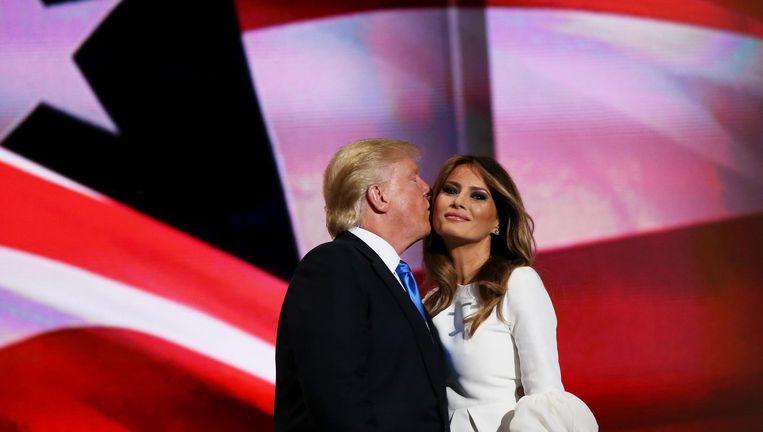 Donald Trump kust zijn vrouw Melania na haar toespraak op de Republikeinse partijconventie. Beeld photo_news
