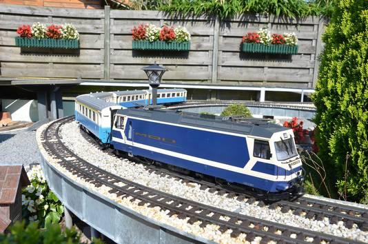 Een Zwitserse miniatuurtrein met vier wagons is Luciens laatste aanwinst.