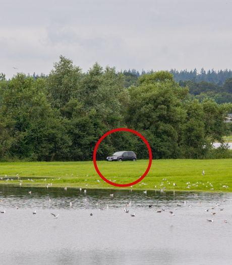 'Eigenwijze' Duitse vissers kunnen al dagen niet bij ingesloten auto in Zwolle vanwege het hoge water