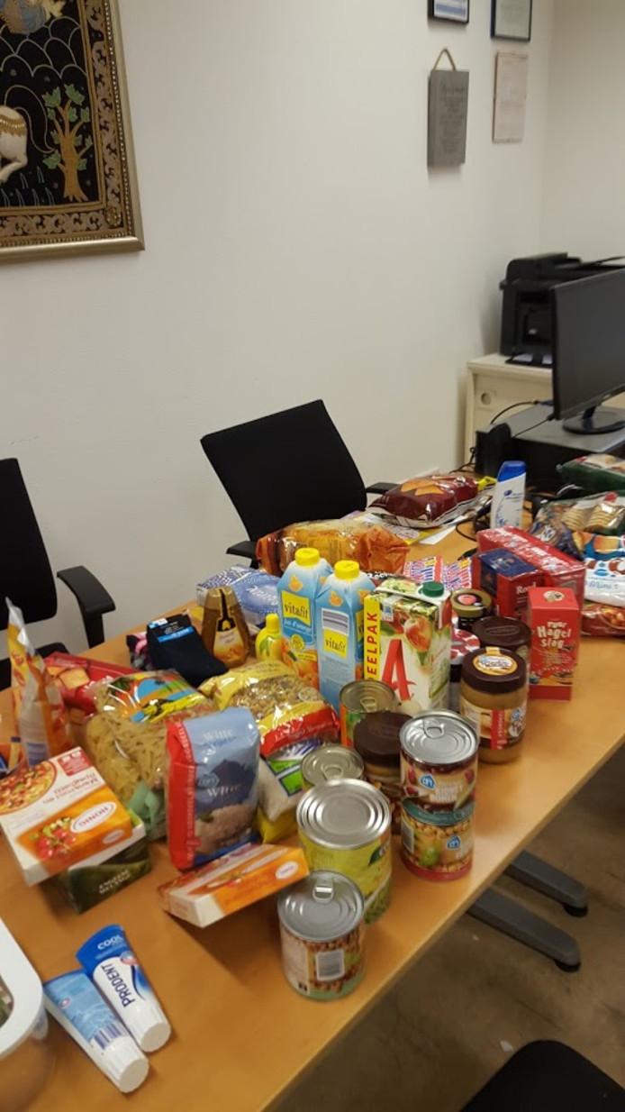 De producten worden alvast gesorteerd voor de vluchtelingenbijeenkomst.