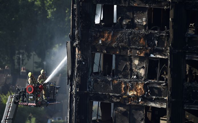 Brandweermannen blussen de brand in de Grenfell Tower (juni 2017).