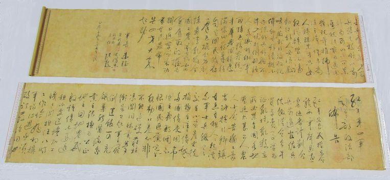 Een gecalligrafeerde rol papier, met het handschrift van wijlen de Chinese leider Mao Zedong. Beeld Reuters