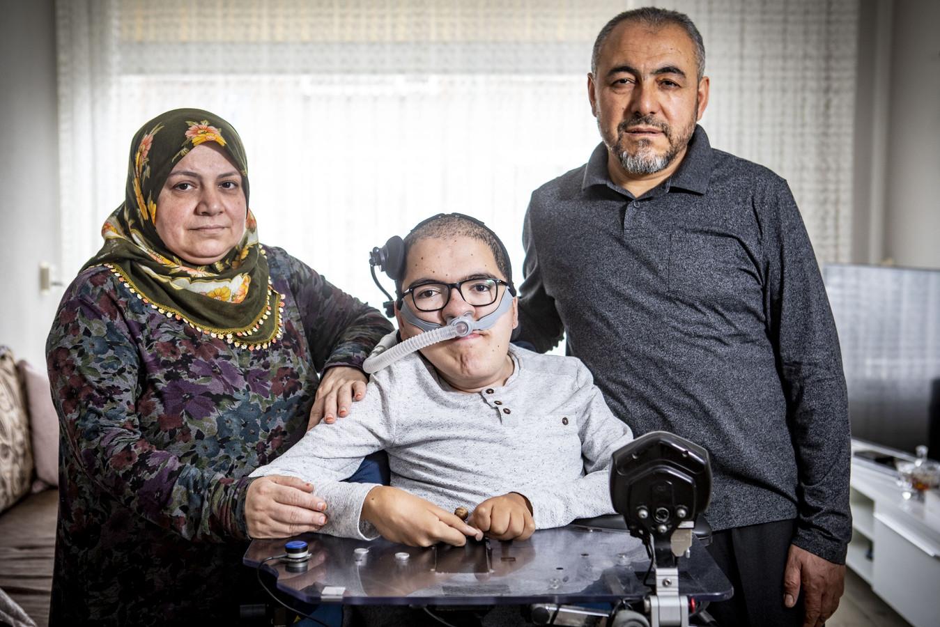 ENSCHEDE - Muhammed Sariakçe, met zijn ouders Fatma en Salih - hun rolstoelbus is met illegaal vuurwerk opgeblazen.