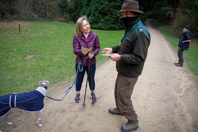 Boswachters en vrijwilligers sensibiliseren mensen over de kwetsbaarheid van het bos.