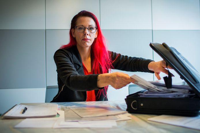 Renate Wolbers  is door de belastingdienst en de falende overheid zo diep in de ellende gestort dat ze denkt aan emigreren.