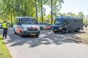 Voor deelnemers aan het vrijdaggebed is het een gekke gewaarwording om langs meerdere politieauto's het terrein van de moskee in Zwolle op te rijden.
