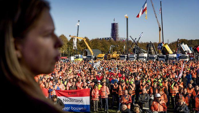 Carola Schouten, minister van Landbouw, spreekt op het Malieveld tijdens het bouwersprotest. Bouwers en transporteurs demonstreren met shovels en hijskranen tegen het stikstofbeleid.
