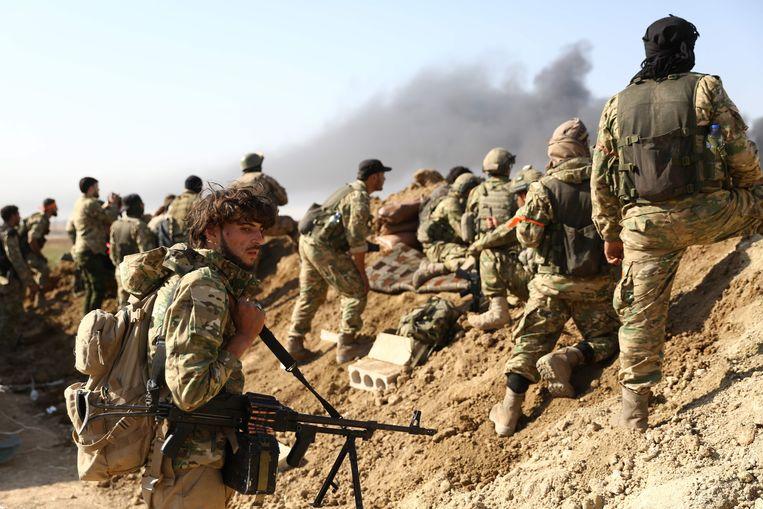 Leden van het zogenoemde Syrische Nationale Leger, dat samen optrekt met de Turken, nabij de Turks-Syrische grens. Beeld AFP