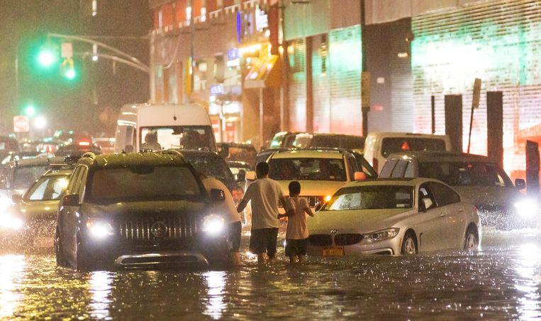 Ondergelopen straten in Queens, New York. Beeld EPA