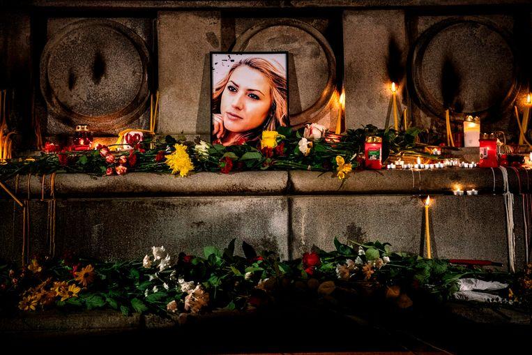 Bloemen en kaarsen bij het portret van de vermoorde tv-journalist Viktoria Marinova. De door corruptie geplaagde Bulgaarse overheid staat onder grote druk om de dader(s) op te sporen.  Beeld AFP
