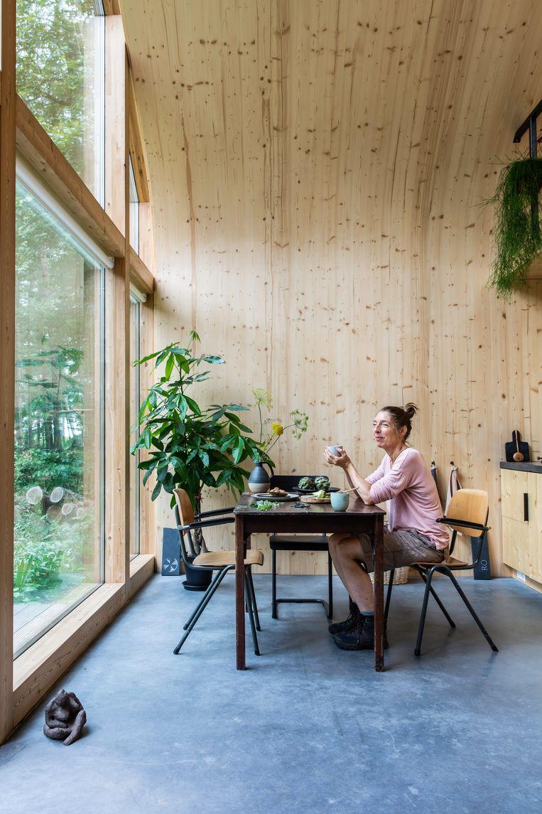 'In de betonvloer kon makkelijk vloerverwarming worden verwerkt.Zo'n vloer is vooral handig voor mijn werk als beeldhouwer.' Beeld Henny van Belkom