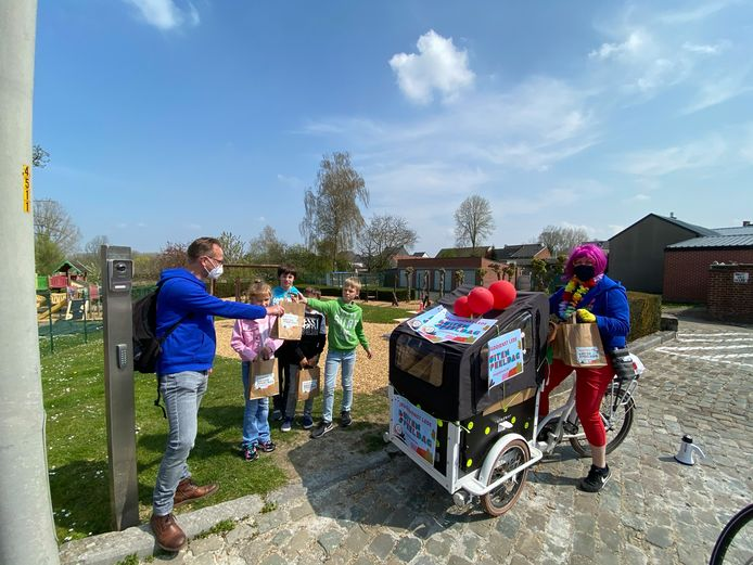 Bart Vander Heyden en Lieve De Kimpe van de jeugddienst trokken met bakfiets en fietskar rond door Oordegem om spelpakketjes uit te delen.