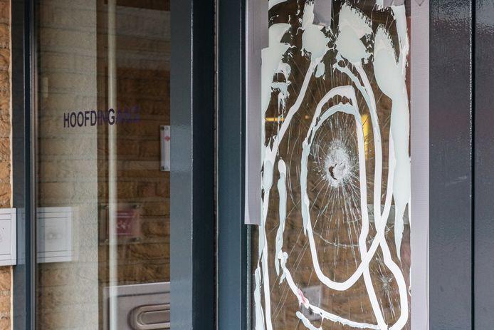 Bij het gemeentehuis van Urk, aan de Singel, zijn in de nacht van zaterdag 15 op zondag 16 februari diverse vernielingen gepleegd.