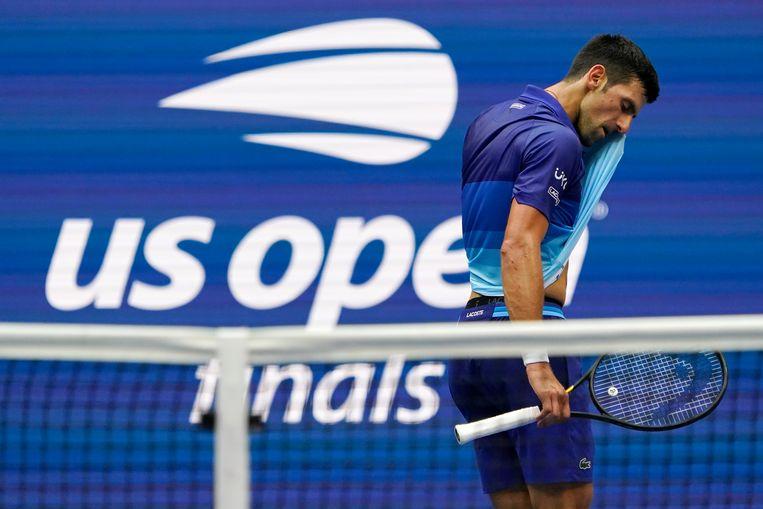 Novak Djokovic baalt. Tijdens de match moest onder meer zijn racket eraan geloven. Beeld AP