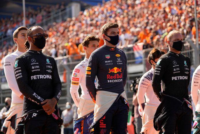 Max Verstappen tussen Mercedes-coureurs Lewis Hamilton en Valtteri Bottas in.