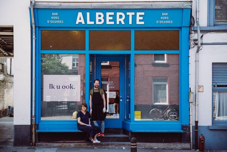 """Phil Dewulf en Inge van Alberte in Gent: """"Met afhaal alleen ga je je zaak niet redden, maar het zorgt toch voor wat cashflow.""""  Beeld Wouter Maeckelberghe"""