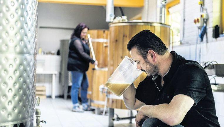 Roland Boschman in zijn brouwerij D'n Drul in Groesbeek. 'Op zaterdagen brouw ik, dan ruikt het hier helemaal naar mout.' Beeld Koen Verheijden