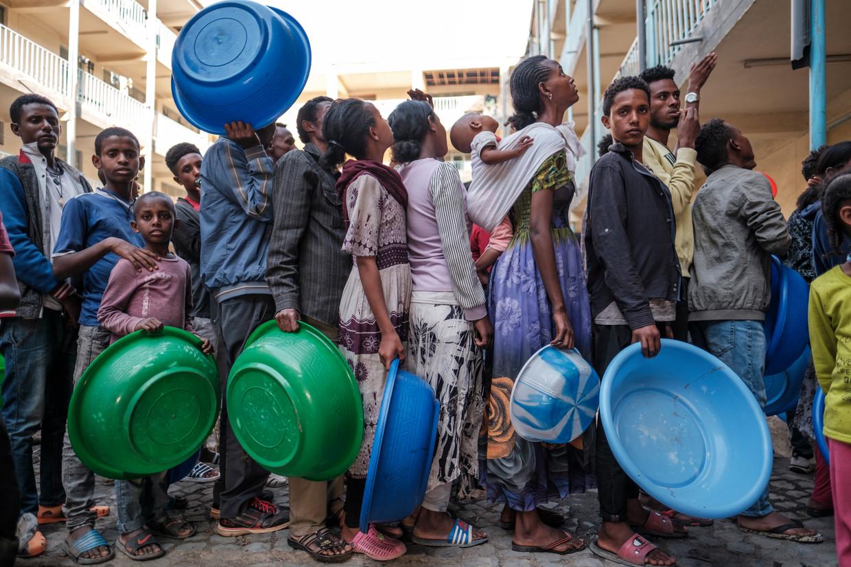 Vluchtelingen staan in de rij bij een school in Mekelle, de belangrijkste stad van Tigray, in de hoop wat eten te kunnen bemachtigen.  Beeld Eduardo Soteras Jalil