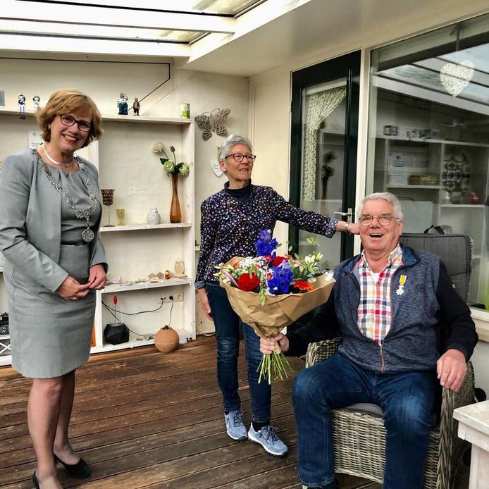 Burgemeester Anneke Raven verraste Hellendoorner Riekus Dekker maandagavond met het bericht dat het zijne majesteit had behaagd hem te benoemen tot Lid in de Orde van Oranje Nassau.