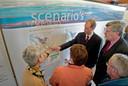 In april 2005 vindt op het Kamperveen de eerste informatiebijeenkomst plaats over de bypass. Gedeputeerde Theo Rietkerk (links) en wethouder Aart van der Maat geven uitleg aan de inwoners.