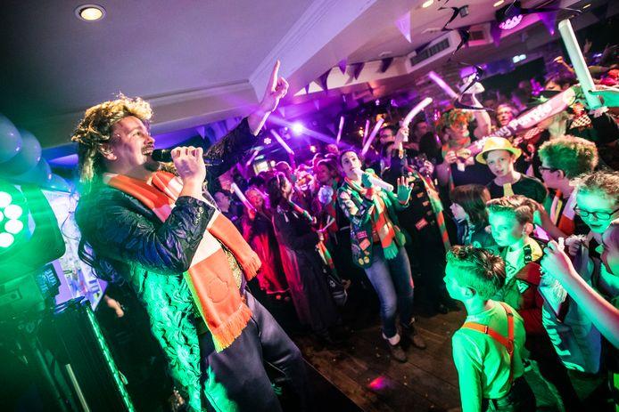 Johnny Purple bouwt een feestje tijdens carnaval 2019 in Café Kerkzicht in Riel.