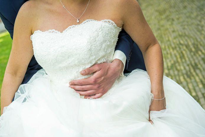 Bij een bruiloft in Beckum raakten dertig mensen besmet. Volgens burgemeester Sander Schelberg was sprake van een exces.