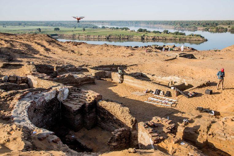De schacht die is uitgegraven om de kathedraal te bereiken aan de oever van de  Nijl in het noorden van Soedan.  Beeld PCMA UW, Mateusz Reklajtis