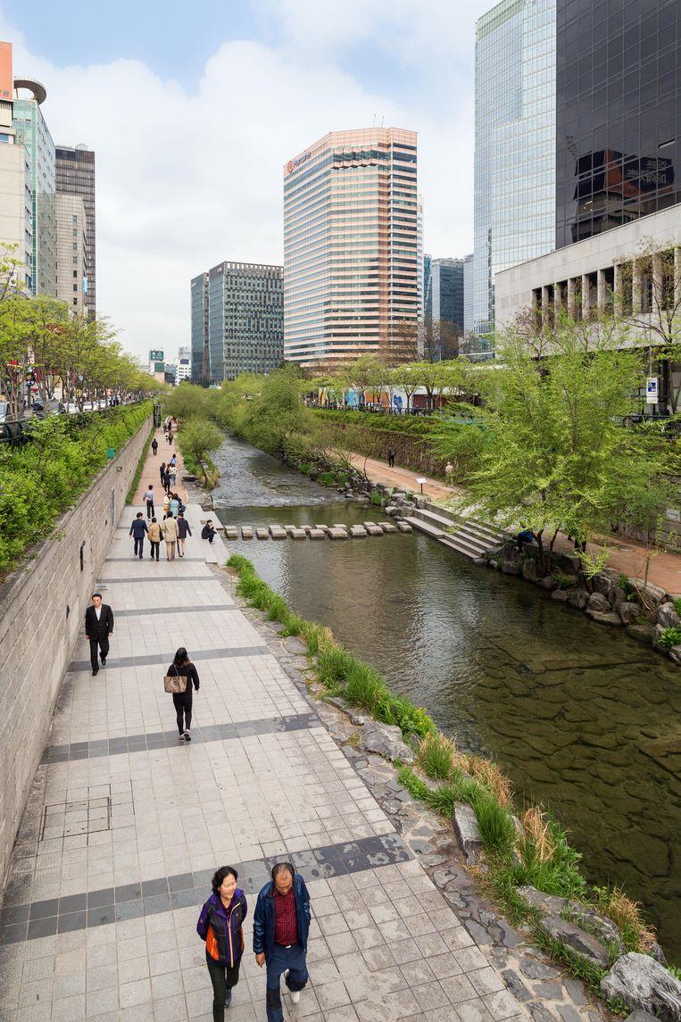 Er stroomt veel water door de binnenstad vanSeoul, zoals de Cheonggyecheon-beek die uitkomt in de Han-rivier.Ook hier: ruime fiets- en wandelpaden om op adem te komen. Beeld Alamy Stock Photo