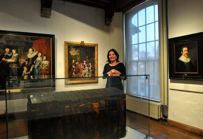 Directeur Janelle Moerman van Museum Prinsenhof bij de beroemde boekenkist, waarin Hugo de Groot ontsnapte uit Slot Loevestein.