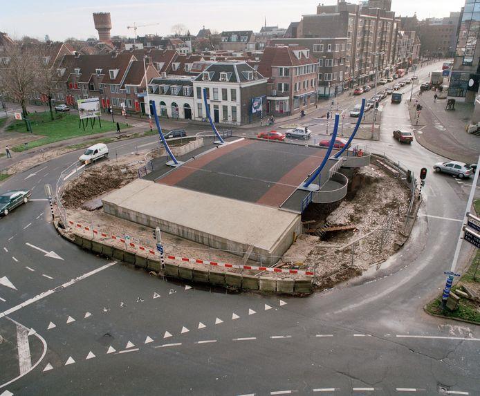 Monicabrug midden op het verkeersplein in 1999.