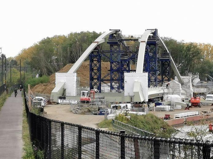 De Zuidbrug werd de voorbije maanden verder gemonteerd op de oevers van het Kanaal Brussel-Charleroi.