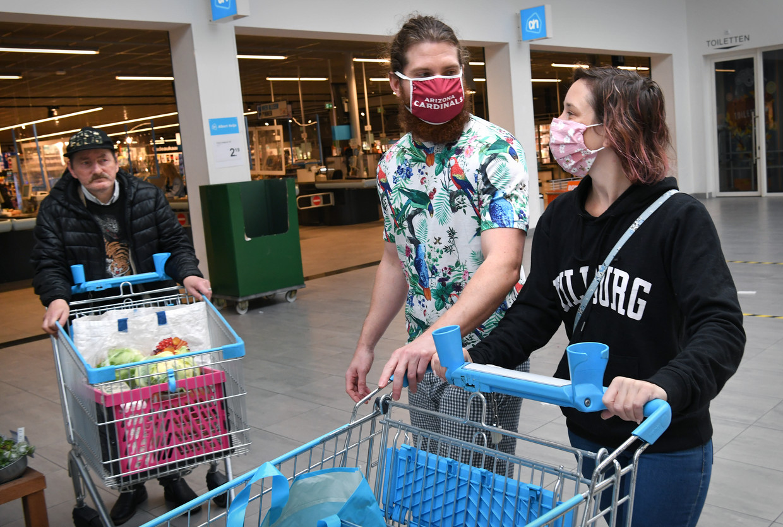 Winkelen in Tilburg, al dan niet met een mondkapje. Beeld Marcel van den Bergh / de Volkskrant