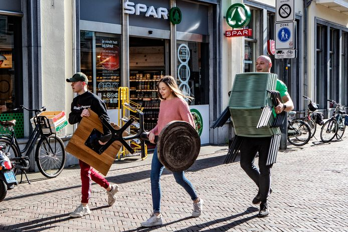 Weronika Kubica, Raf Hulscher en Hans Buitenhuis zijn terrasmeubilair aan het sjouwen. Alle terrassen van de Deventer binnenstad moeten opgeslagen worden. De Spar-eigenaar biedt uitkomst: hij heeft een grote kelder.