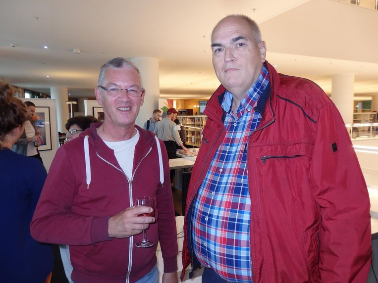 Twee 'belangstellende Amsterdammers' willen het boek. Erik Swierstra: 'Al zie je ze op de Zeedijk live.' Peter Schröder: 'Maar dan heb je ze niet vast.' Beeld Schuim