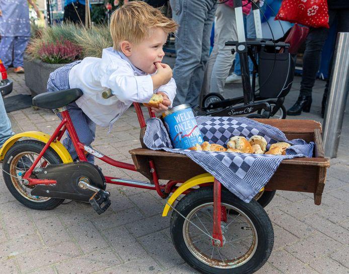 Tijke, de jongste medewerker en zoon van een warme bakker die aan AH Avenhorn levert, proeft krentenbollen.
