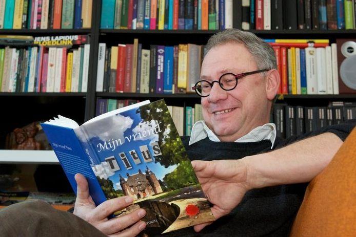 Schrijver Ron Jansen uiit Velp met zijn eerste boek. Foto Marc Pluim