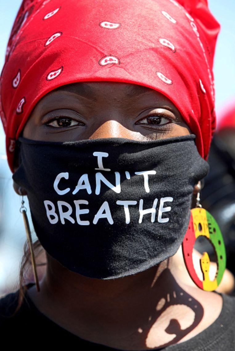 Jacqueline Azah met haar I Can't Breathe-masker bij een protest tegen politiegeweld in juni in Oakland, Californië. Beeld Getty