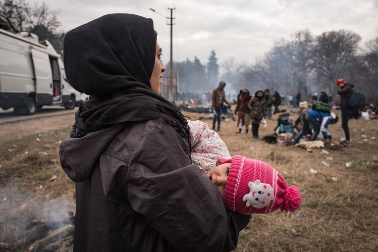 Vluchtelingen p[ de grens bij Turkije en Griekenland.  Beeld Zolin Nicola