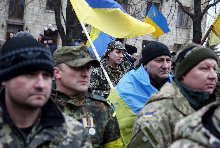 Oekraïense soldaten herdenken de slachtoffers van de demonstraties op het Maidanplein. Beeld reuters