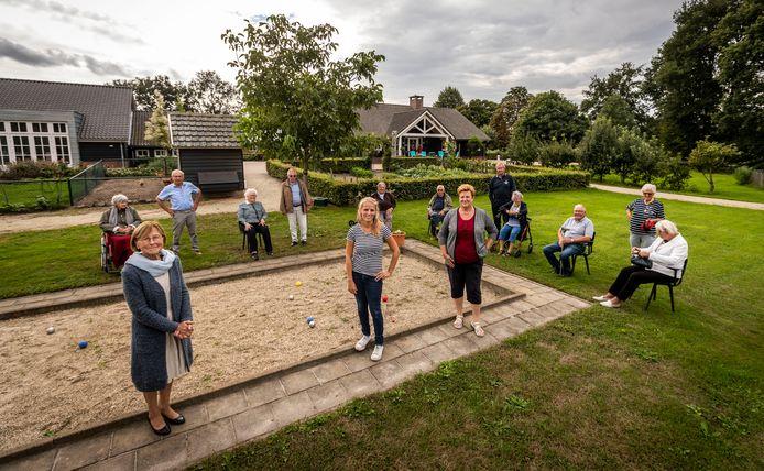 Zorgboerdeij De Molenschut in Leende bestaat tien jaar. Links vooraan op de foto eigenaresse Thea van Mierlo.