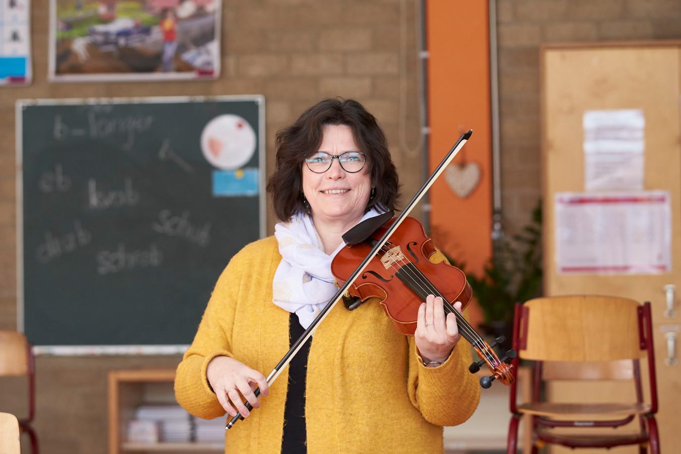 """Symone Boerstoel verruilde vanwege de coronacrisis de concertzaal voor het klaslokaal. ,,Ik word geen beroepsmusicus meer, ook niet als corona achter de rug is. Ik ga helemaal voor het lesgeven."""""""