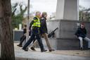 Een demonstrant wordt afgevoerd in Apeldoorn.