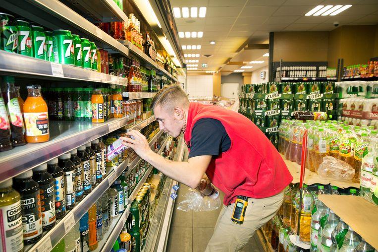 Daniel Stangreciak is vakkenvuller bij de Poolse supermarkt Zapolski in Tilburg.  Beeld Ton Toemen