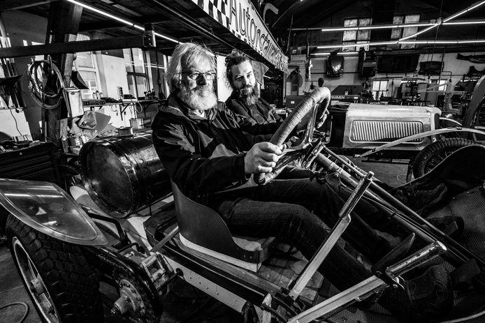 Gerrit en zoon Bas Jansen restaureren klassieke auto's. ,,Het is jammer als een auto die we opknappen als een museumstuk in de garage belandt. Auto's zijn om in te rijden.''